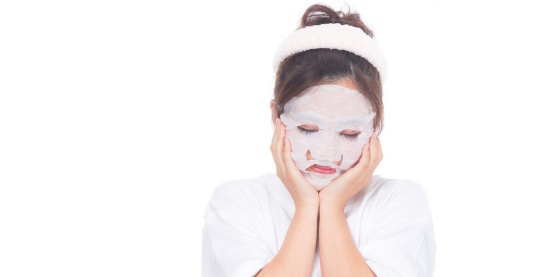 肌を白くしようとスキンケアをする女性